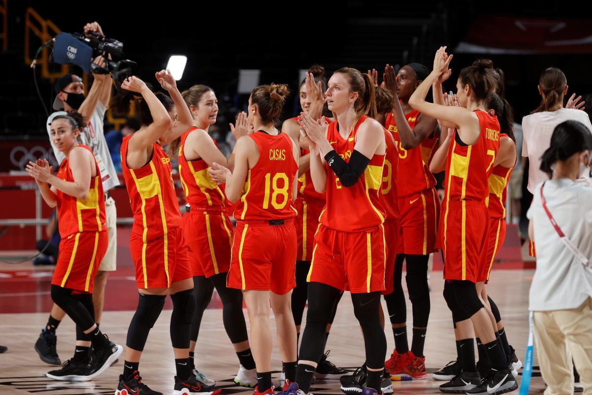 Las jugadoras de la selección celebran su sufrido triunfo ante Corea