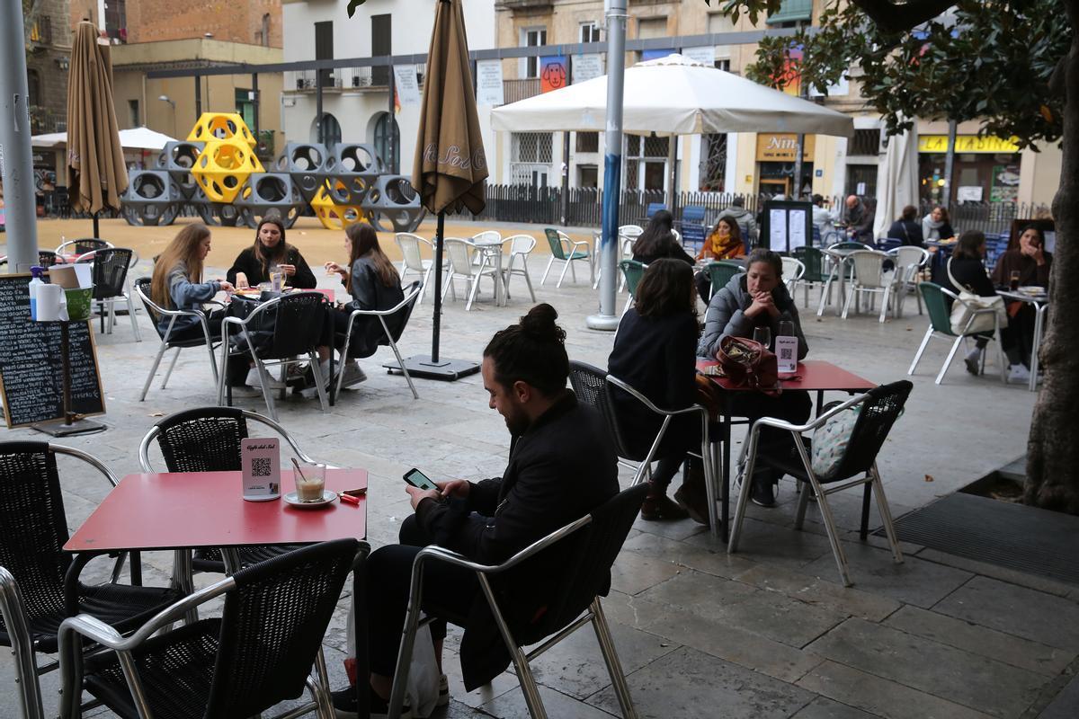 Gente departiendo en las terrazas de la plaza del Sol, en Barcelona.