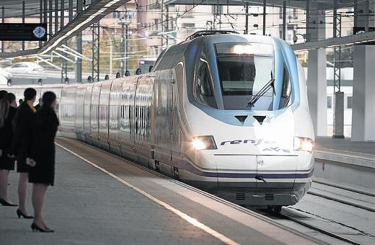 Una unidad del AVE sale de la estación de Valencia.