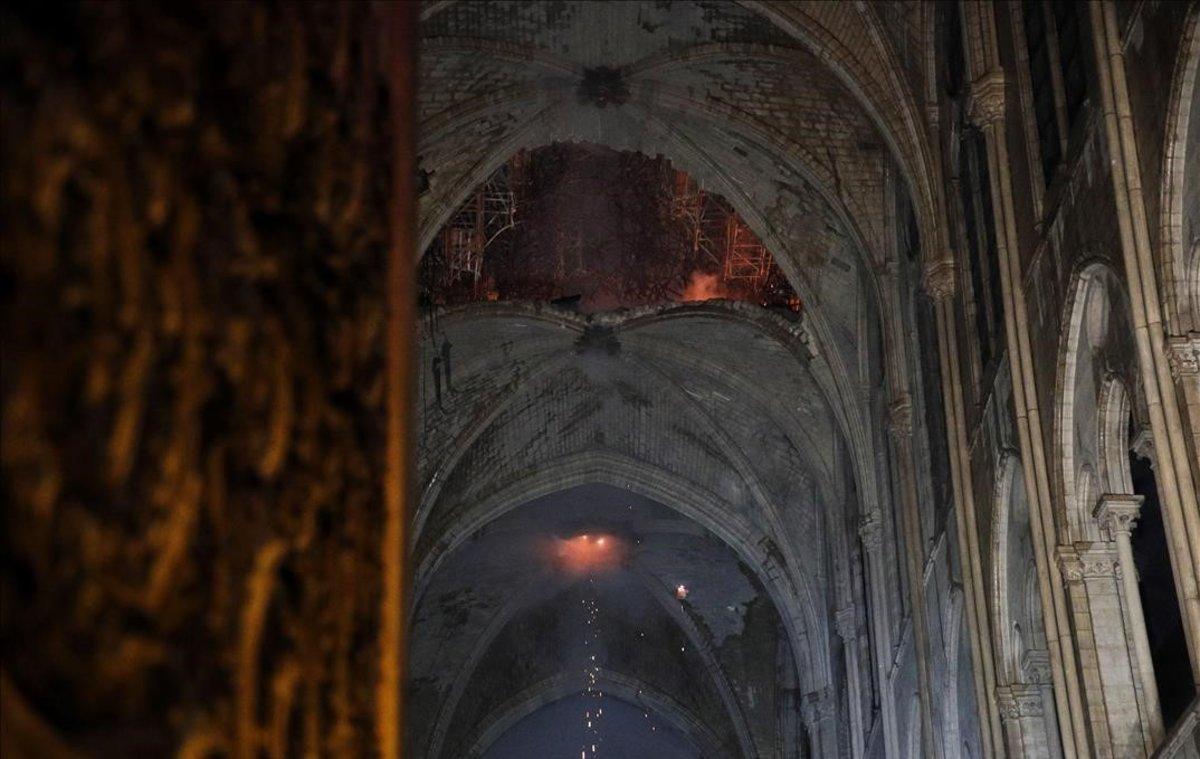 El techo de la catedral de Notre Dame, tras el incendio.