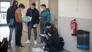 Universitarios, tras un examen presencial en la Facultad de Física y Química de la Universitat de Barcelona, el pasado enero.