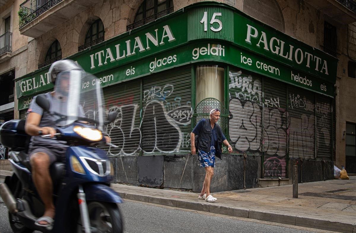 Establecimiento cerrado en el casco antiguo de Barcelona, el viernes pasado a las diez de la mañana.