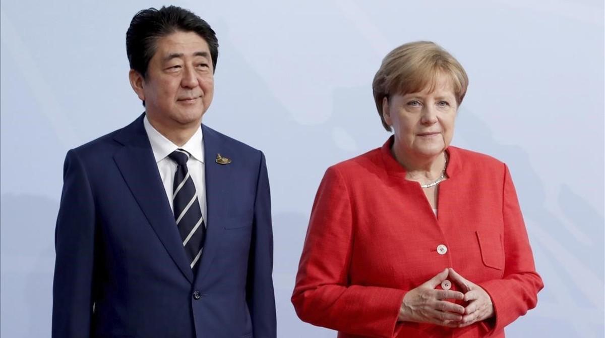 Angela Merkelrecibiendo al primer ministro nipónShinzo Abe.