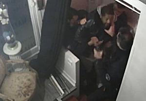 Captura del vídeo en el que se ve a los policías agrediendo a Michel Zecler.