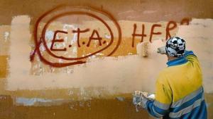 Un operario limpia una pintada a favor de ETA en Gernika.