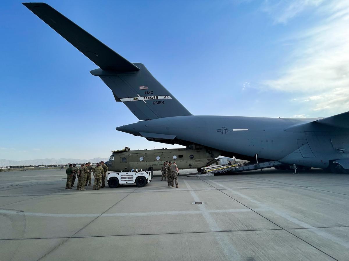 Tropas de EEUU evacuando vehículos militares en el aeropuerto de Kabul.