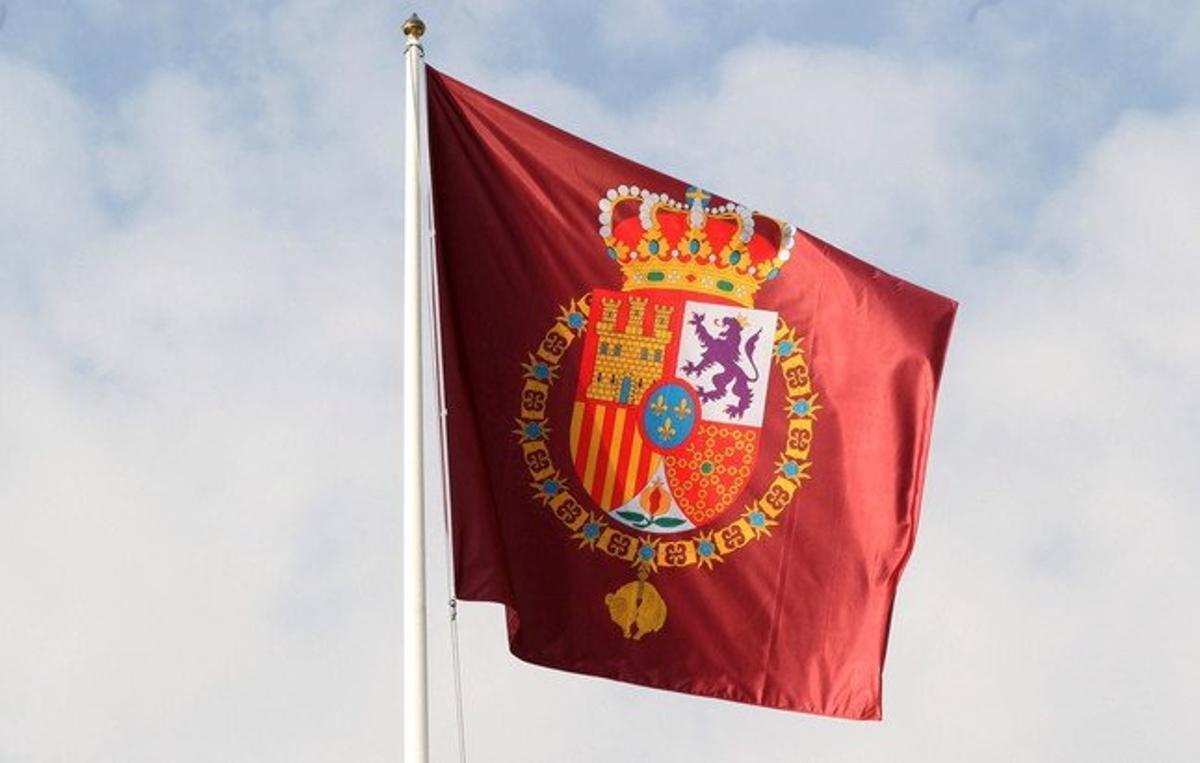 Detalle de la bandera con el nuevo escudo de armas de Felipe VI que ondea en el Palacio de la Zarzuela.
