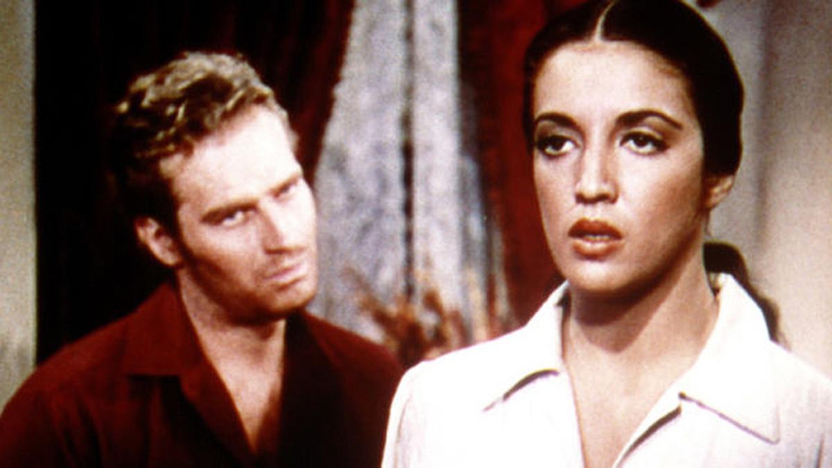 Katy Jurado, ante la mirada de Charlton Heston, en un fotograma de 'Arrowhead'.