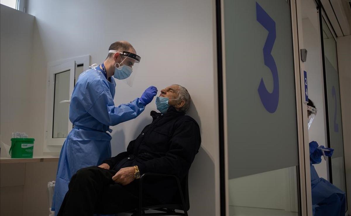 Un hombre se somete a una prueba PCR en el edificio Garbi-Vall de Hebron en Barcelona.