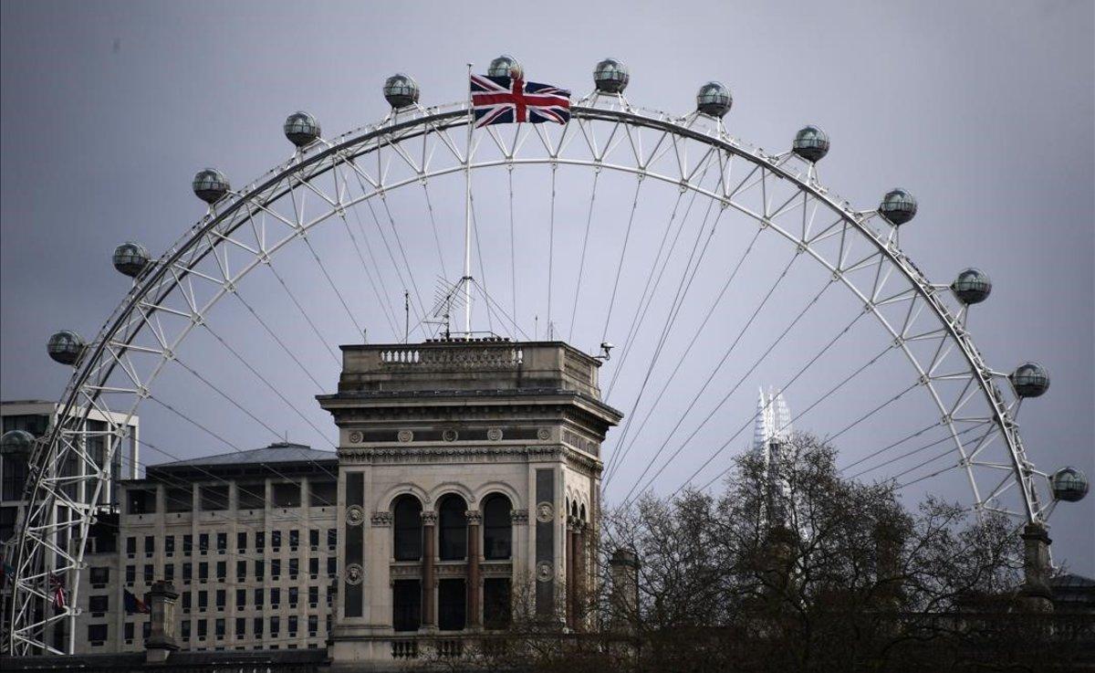 La Union Flag ondea en lo alto del Foreign Office, junto a un London Eye vacío.
