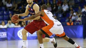 Satoransky controla el balón en presencia de Tabu en el primer partido de cuartos.