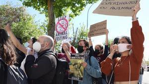 Protesta ante el laboratorio Vivotecnia, acusado de maltrato animal, este lunes en Madrid.