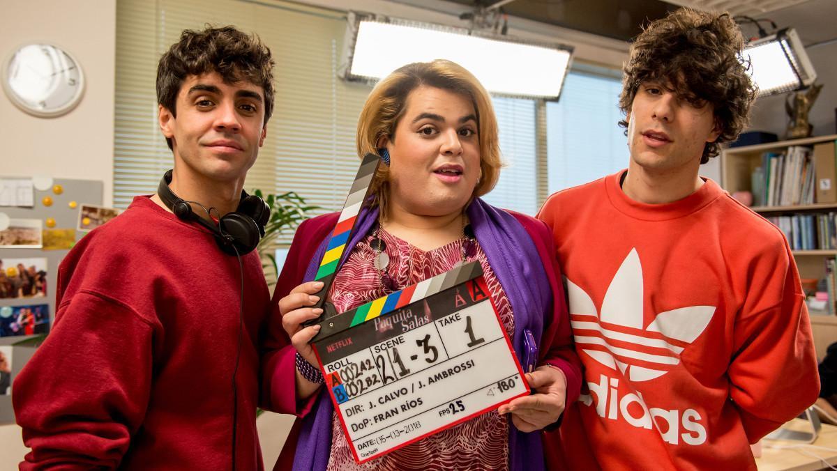 El actor BraysEfes, entre Javier Ambrossi y Javier Calvo, en la grabación de 'Paquita Salas', de Netflix.
