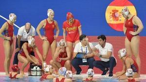 Miki Oca se dirige a sus jugadoras en un descanso, en el Europeo de Budapest