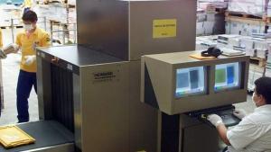 El servicio de correos de Brasil inspecciona paquetes.