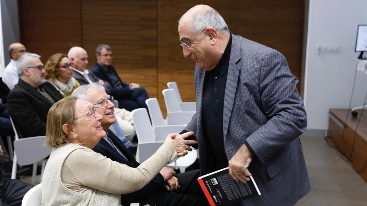 Joaquim Nadal saludaa Diana Garrigosa, esposa de Pasqual Maragall, en el archivo digital del 'president' en el Col·legi d'Economistes de Catalunya.