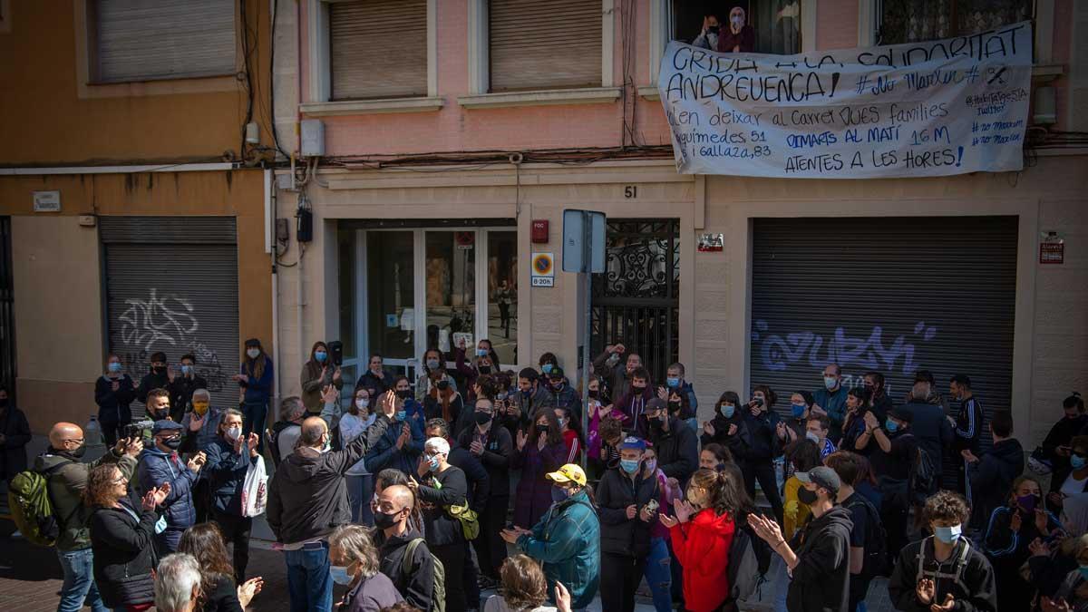 Movilización vecinal para parar un desahucio en Sant Andreu, el pasado mes de marzo.