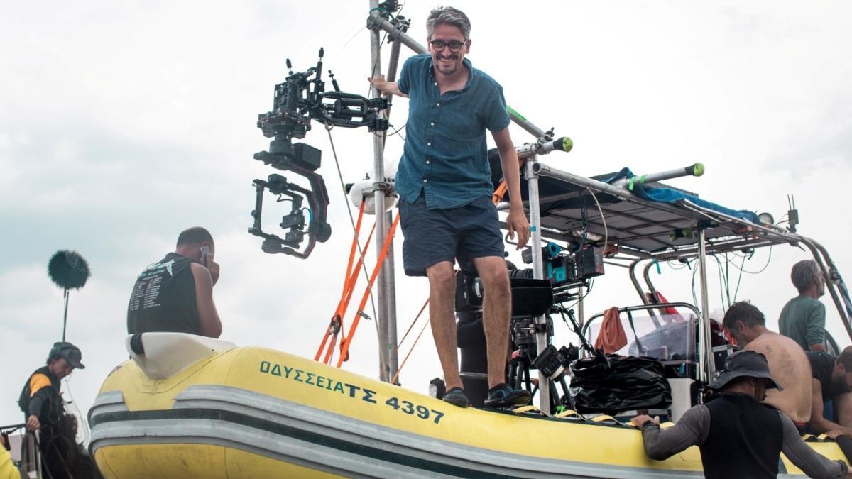 Marcel Barrena sobre una lancha, durante el rodaje.