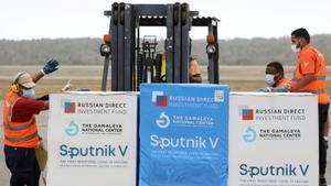 Las vacunas rusas contra el covid Sputnik V llegan al aeropuerto de Caracas, este lunes.
