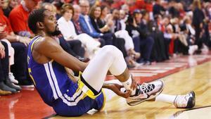 Momento en el que Kevin Durant se da cuenta de la lesión sufrida en Toronto.