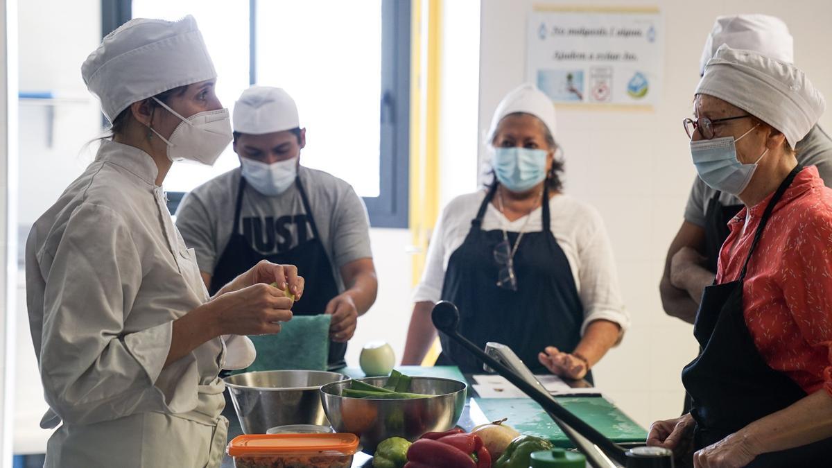 Primer día de los cursos del proyecto Alimenta en la Fundació Jovent.