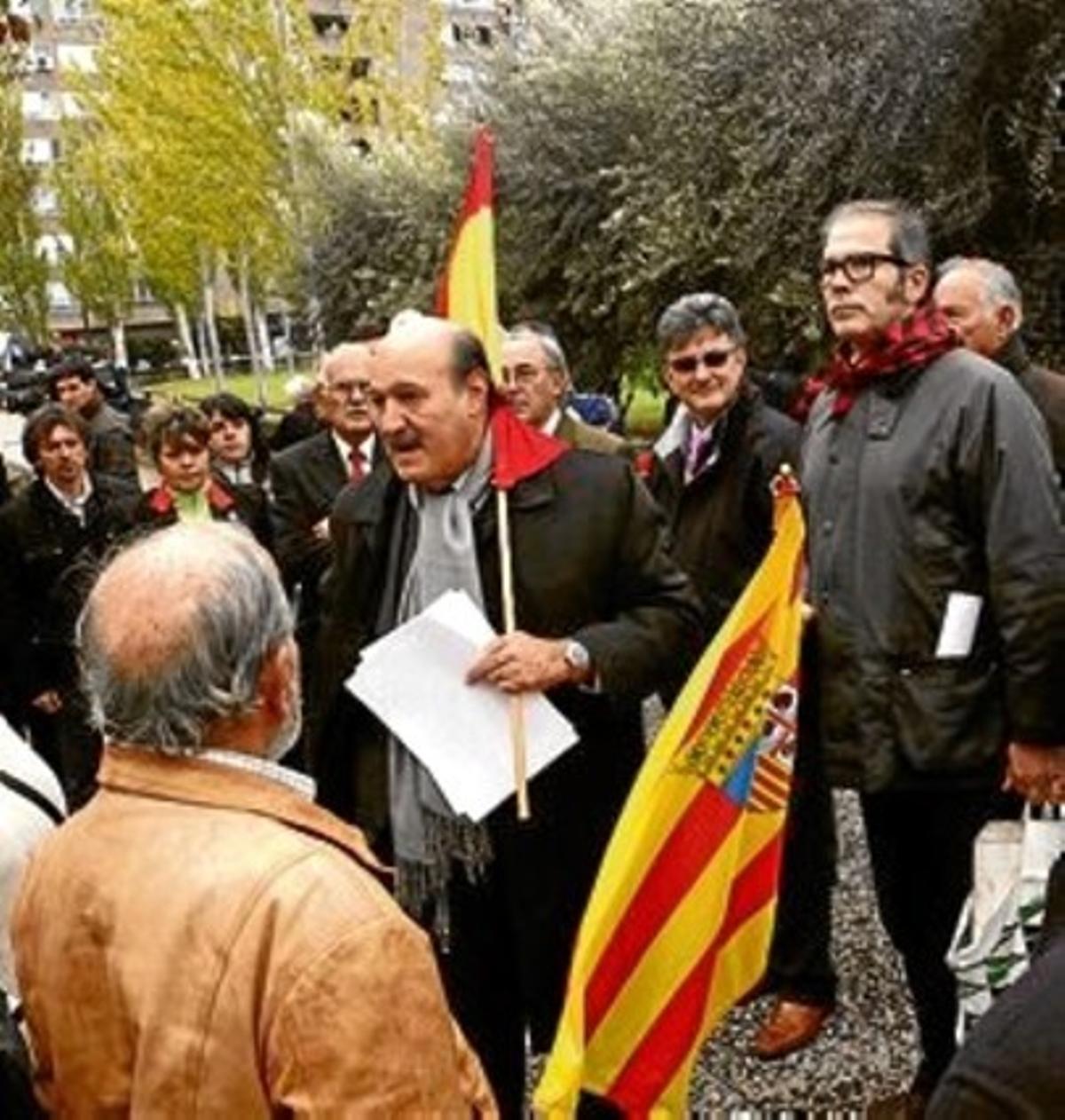 Protesta de la plataforma No Hablamos Catalán ante las Cortes, ayer.