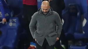 Pep Guardiola, desolado, tras encajar el City el segundo gol ante el Leicester.
