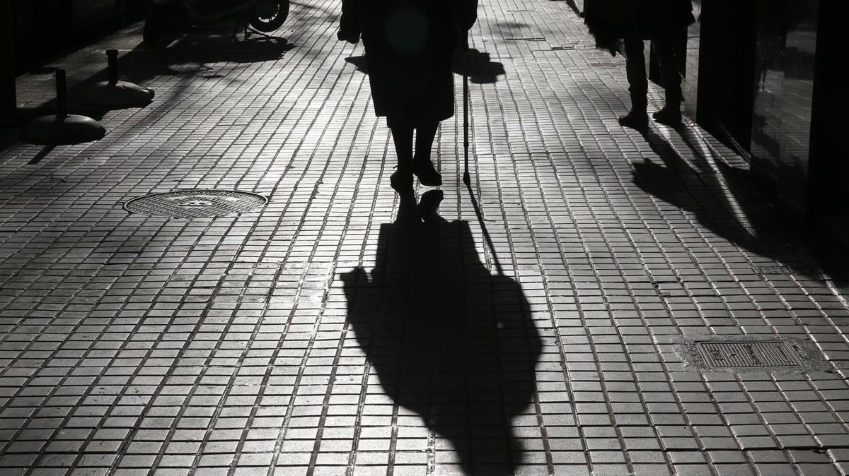 Una señora camina por Barcelona, en una imagen de archivo