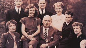 William Moulton Marston, con Oliva Byrne (a la izquierda), Elizabeth Holloway (derecha) y sus hijos en común.