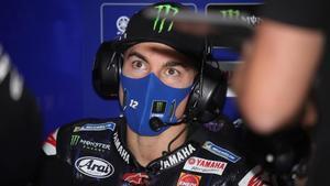 El catalán Maverick Viñales, en el box de Yamaha, en Motorland.