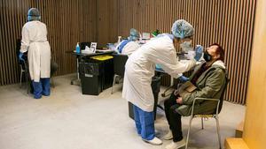 Una mujer se somete a un test de coronavirus durante los cribajes masivos en Barcelona.