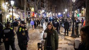 Ambiente en el paseo del Born, tras ser regado por la Guardia Urbana como medida disuasoria.