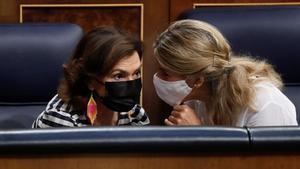 Carmen Calvo y Yolanda Díaz conversan en el Congreso.