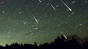 Una lluvia de meteoros Leónidas atraviesa el cielo en la ciudad de Rikubetsu, en Japón en una imágen de archivo del 19 de noviembre de 2001.