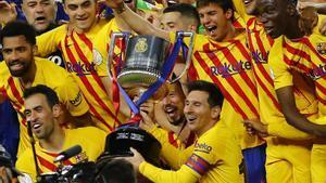 Messi posa con la Copa con el resto de sus compañeros en el estadio de La Cartuja de Sevilla.