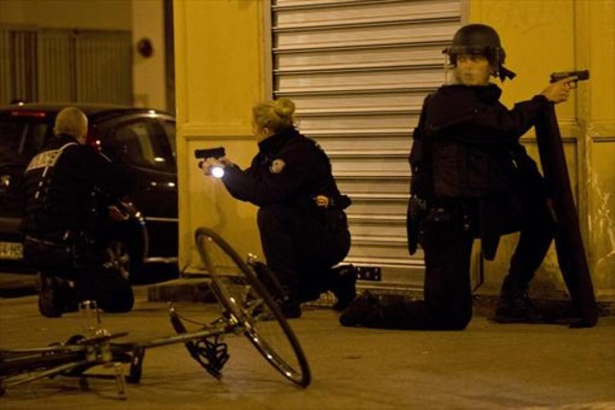 La policía francesa, en alerta en París.