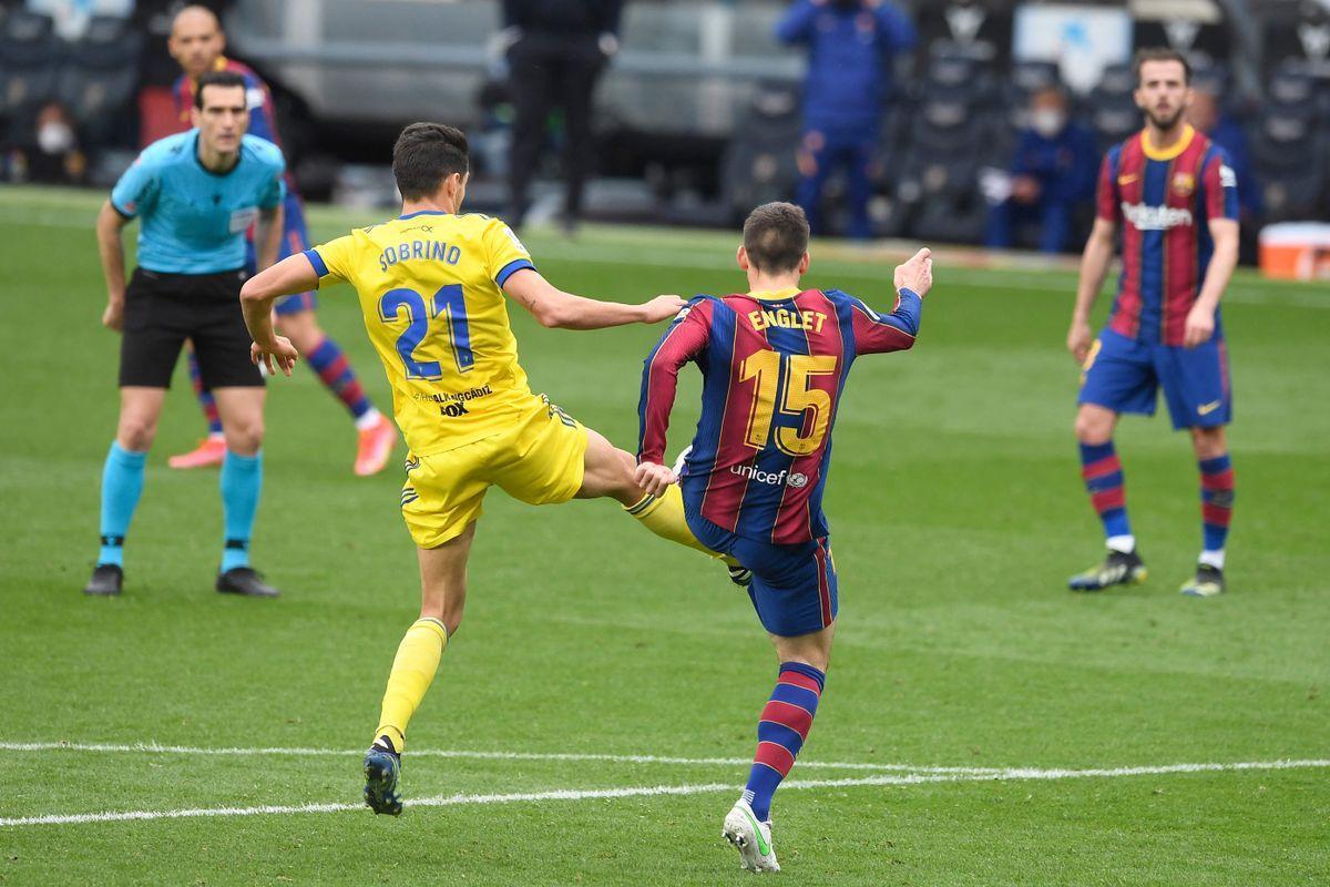 Lenglet golpea a Sobrino y provoca el penalti.