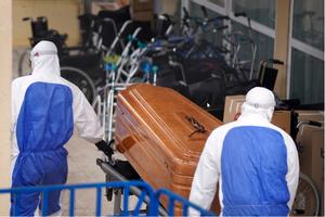 Dos operarios trasladan un ataúd en la residencia de ancianos Vitalia de Leganés, en abril pasado.