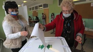 Un mujer deposita su voto este domingo en un colegio electoral de Moscú.
