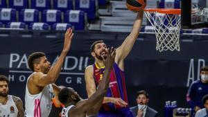 Mirotic ataca el aro madridista tras superar la defensa de Tavares
