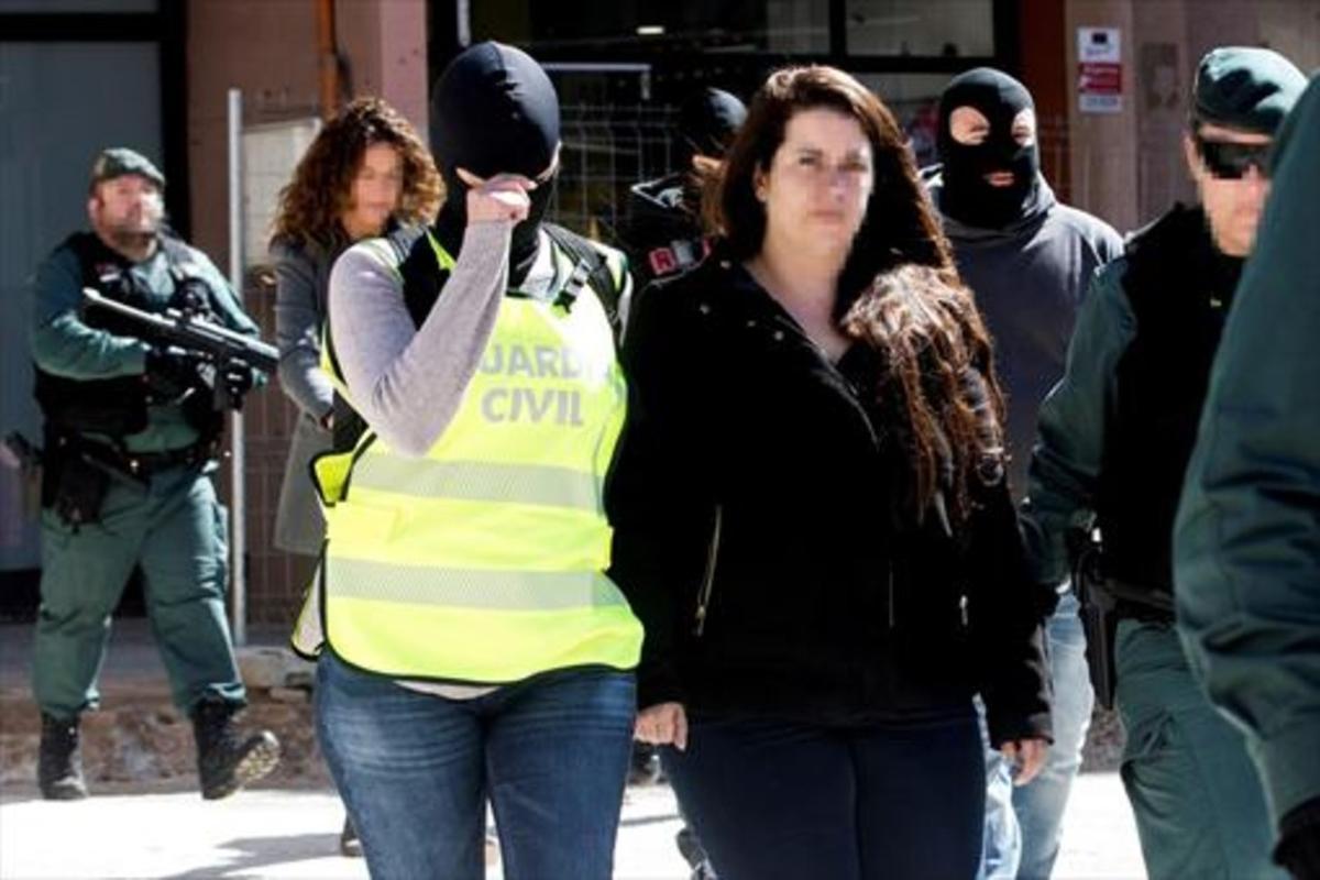 Guardias civiles trasladan a la activista de los CDR de Viladecans.