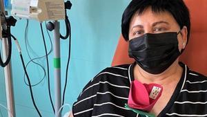 Paciente del Hospital de Día con una rosa elaborada por voluntarios de la AECC.
