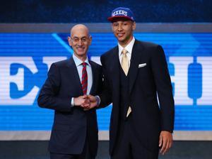 Adam Silver, comisionado de la NBA, felicita a Simmons tras su elección
