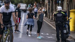 Peatones a primera hora de la mañana en la calle Gran de Gràcia, una de las siete vías cerradas al tráfico durante los fines de semana desde ahora.