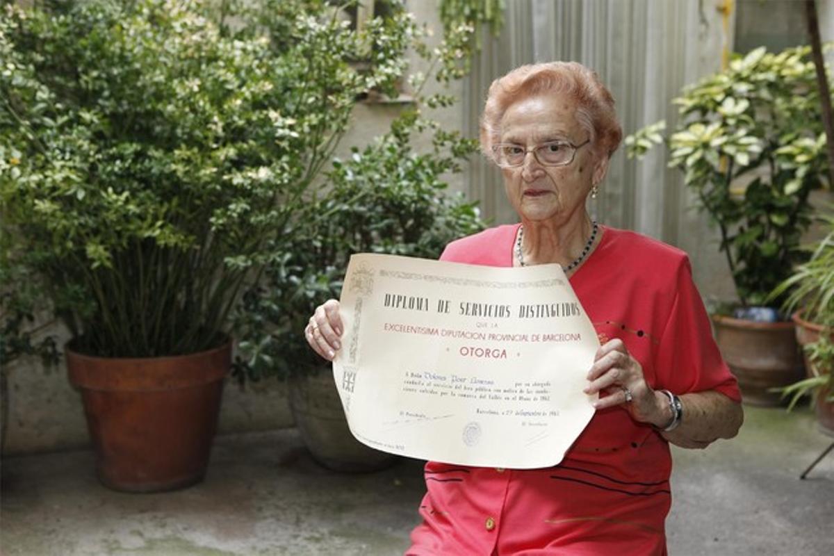 Lola Pont, con el diploma que le entregaron por atender a los damnificados.