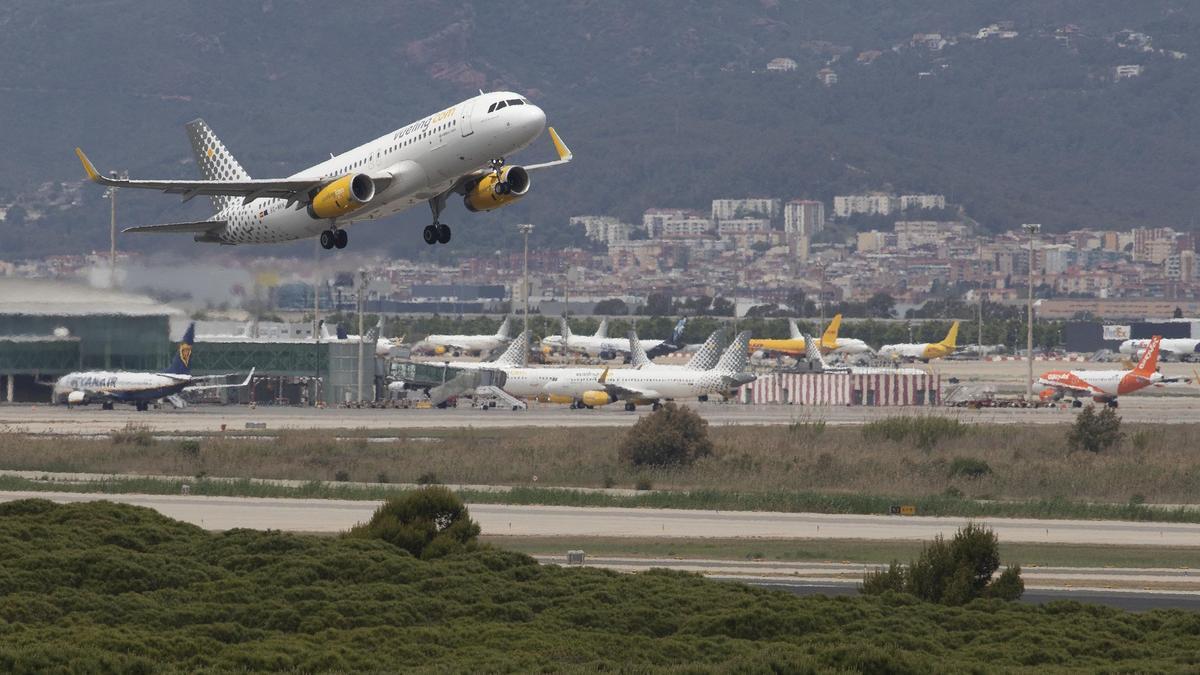 Un avión despega desde el aeropuerto de El Prat.