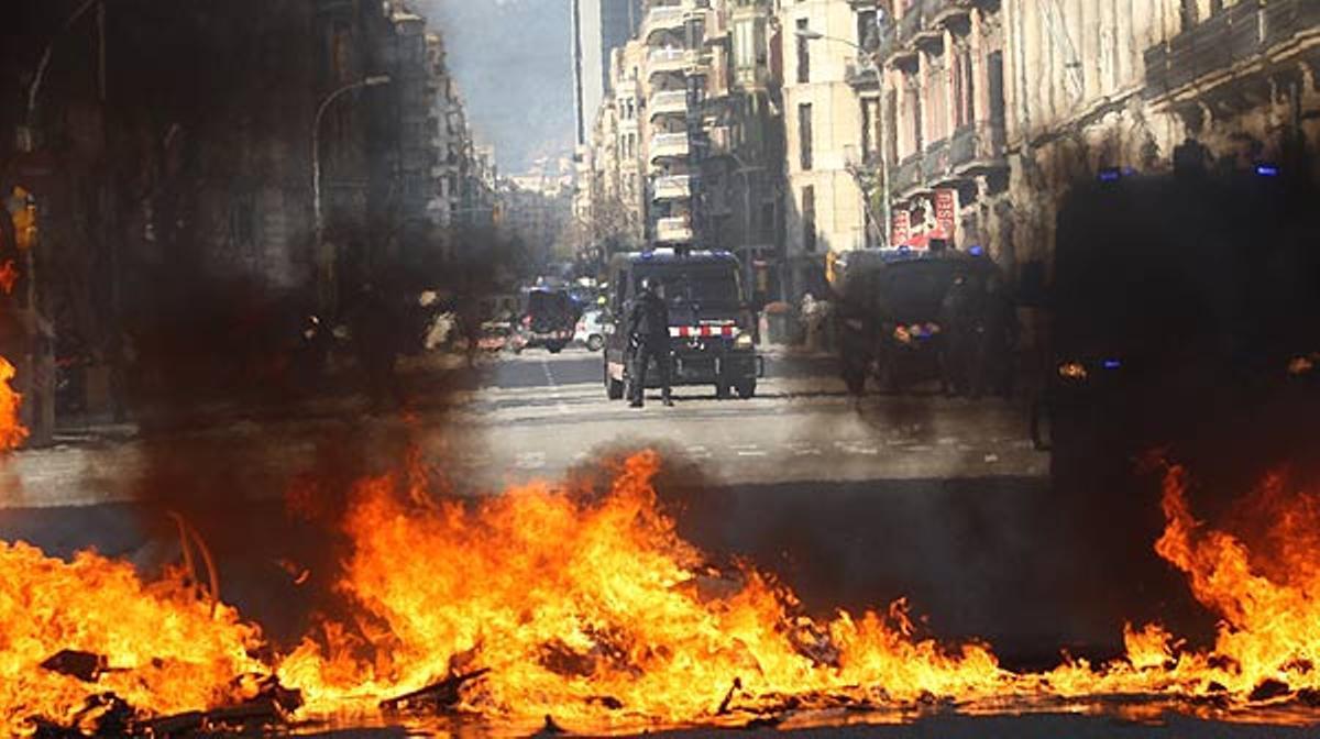 Altercados durante la mañana durante la manifestación contra los recortes educativos celebrada en Barcelona.