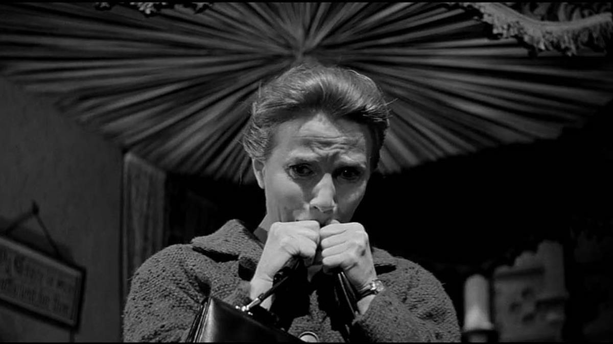 Un fotograma de la película de 1963 'La mansión encantada', basada en 'La maldición de Hill House', protagonizada por Julie Harris.