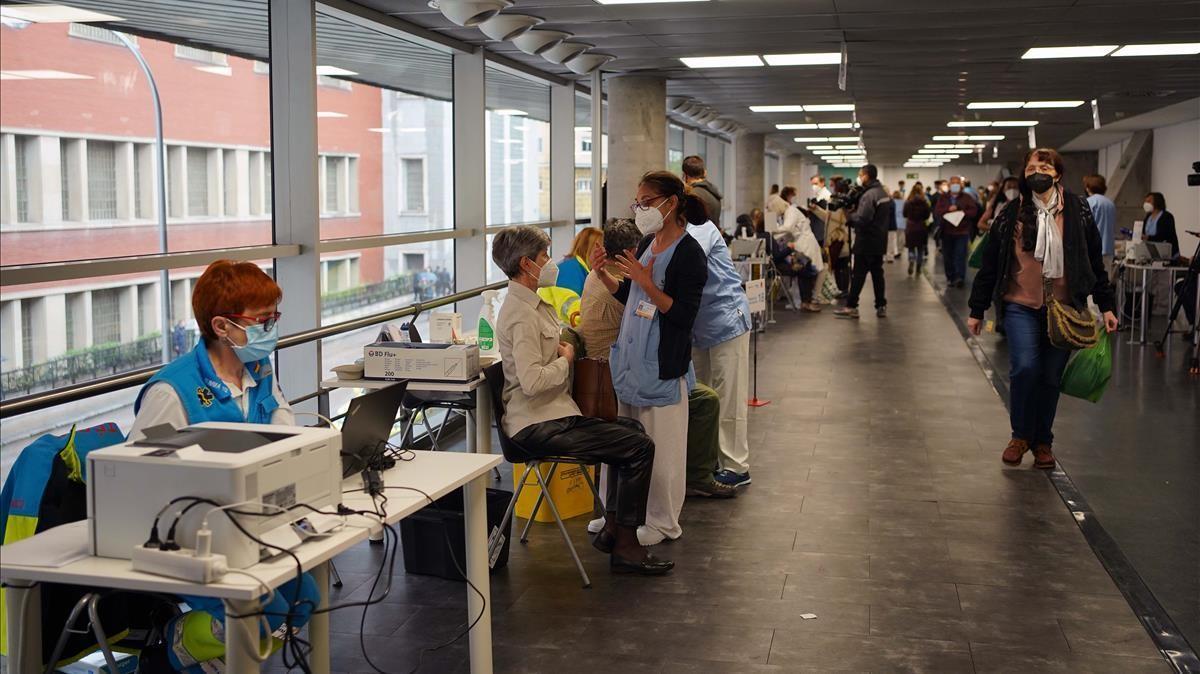 Primer día de vacunación masiva con dosis de AstraZeneca en el Wizink Centre en Madrid