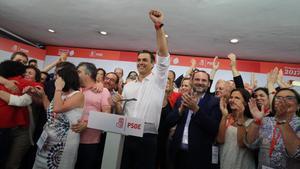 Sánchez celebra su victoria, este domingo en la sede del PSOE.